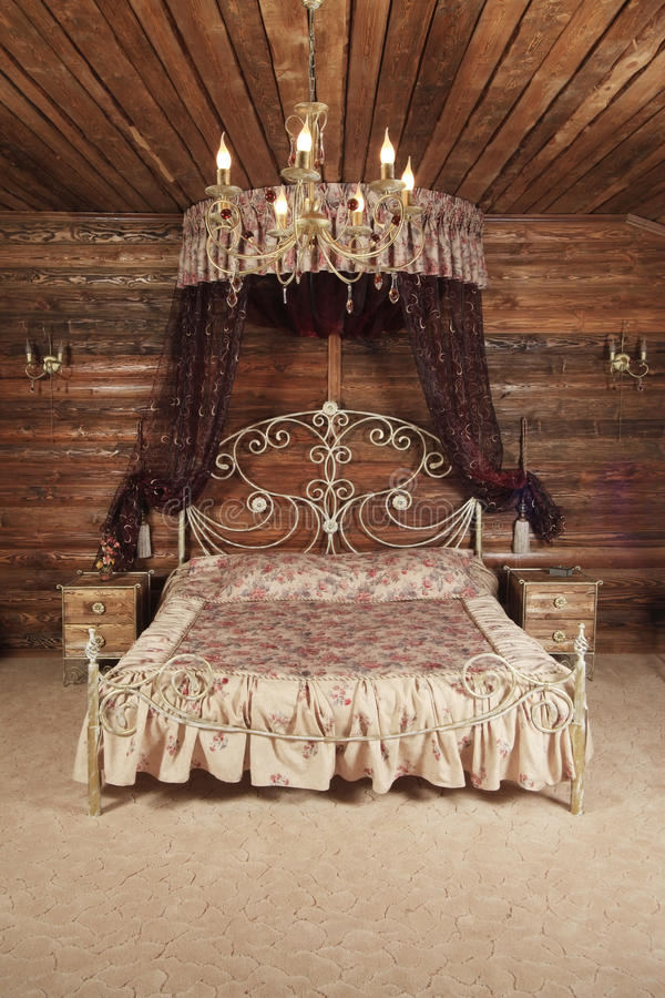 Luxuriöses Bett lizenzfreie stockfotografie