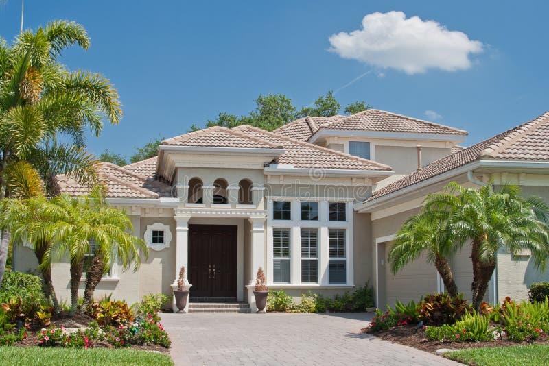 Luxuriöses Haus in den Tropen lizenzfreie stockbilder