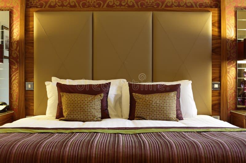 Luxuriöses Hotelbett stockfotos