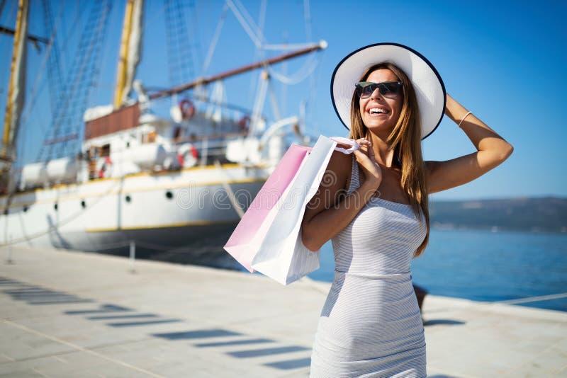 Luxuriöses Leben für die Frau, die Reise, Sommerferien genießt lizenzfreies stockbild