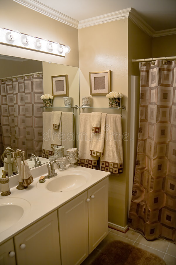 Luxuriöses modernes Badezimmer lizenzfreies stockfoto