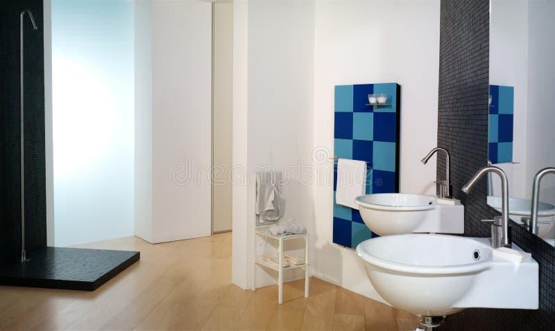 Luxuriöses modernes Badezimmer lizenzfreie stockbilder