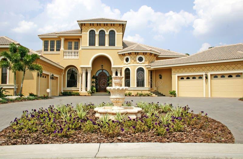Luxuriöses neues Haus stockbild