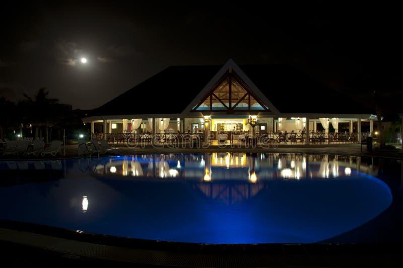 Luxuriöses Restaurant in der Nacht in Varadero, Kuba stockbilder