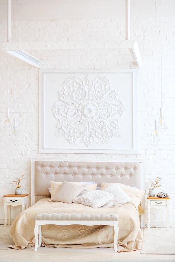 Luxuriöses Schlafzimmer mit Bett und Nachttischen Kopieren Sie Platz Conce stockfotografie