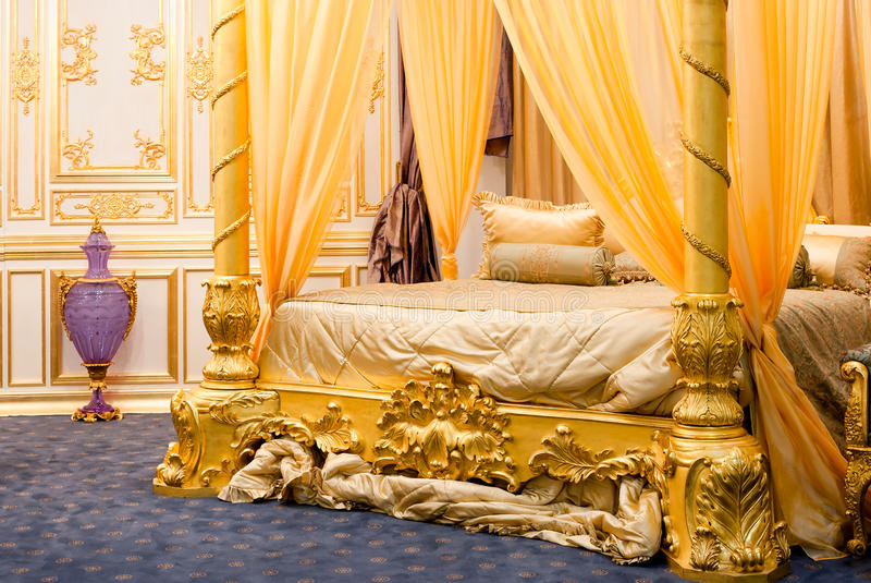Luxuriöses Schlafzimmer mit Himmelbett stockfotografie