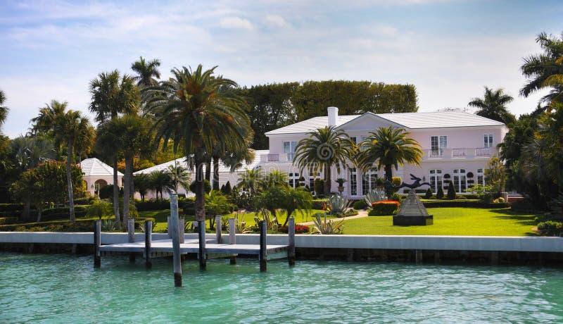 Luxuriöses Ufergegend-Haus stockfoto