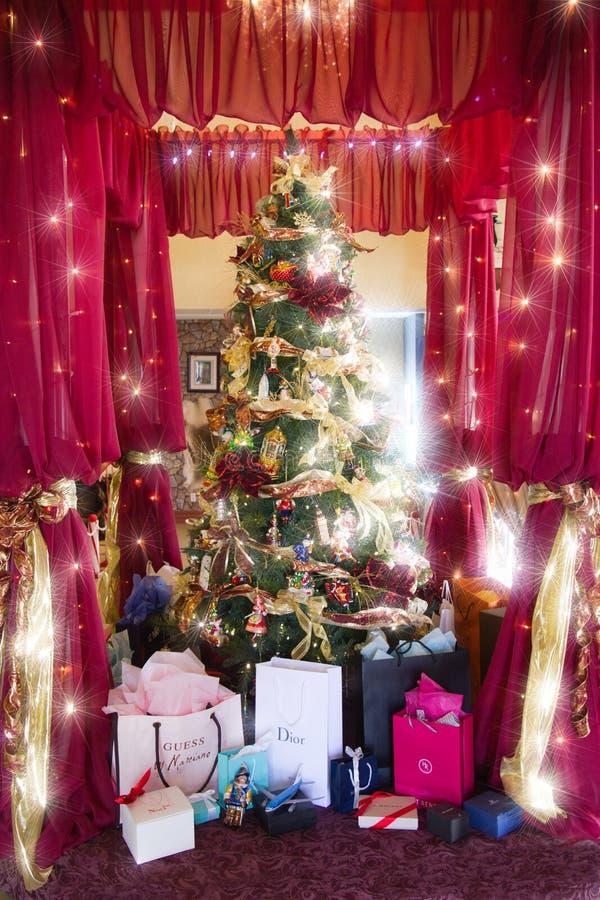 Luxuriöses Weihnachten mit teurem Geschenk. lizenzfreie stockfotografie