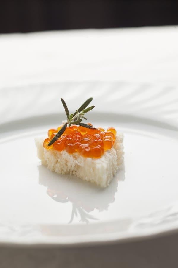 Luxurt Sandvich - caviar et romarin sur le pain image libre de droits