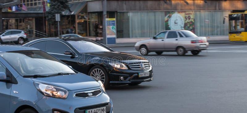 Luxury Mercedes-Benz-klassens fortkörning på en tom motorväg royaltyfri fotografi