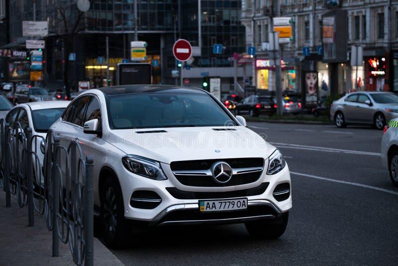 Luxury Mercedes-Benz som kör på en tom väg arkivbild