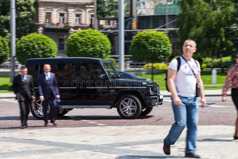 Luxury Mercedes-Benz som kör på en tom väg royaltyfria bilder