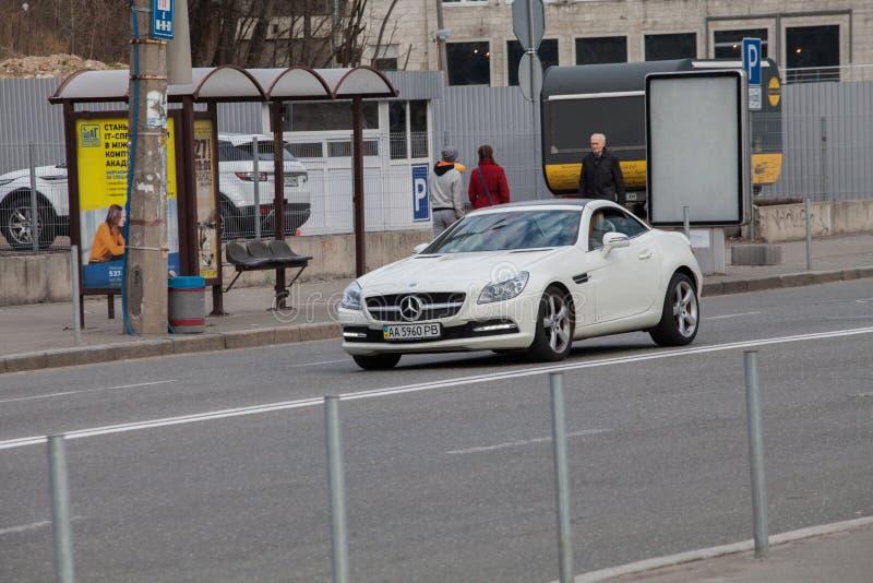 Luxury Mercedes-Benz som kör på en tom väg arkivfoto