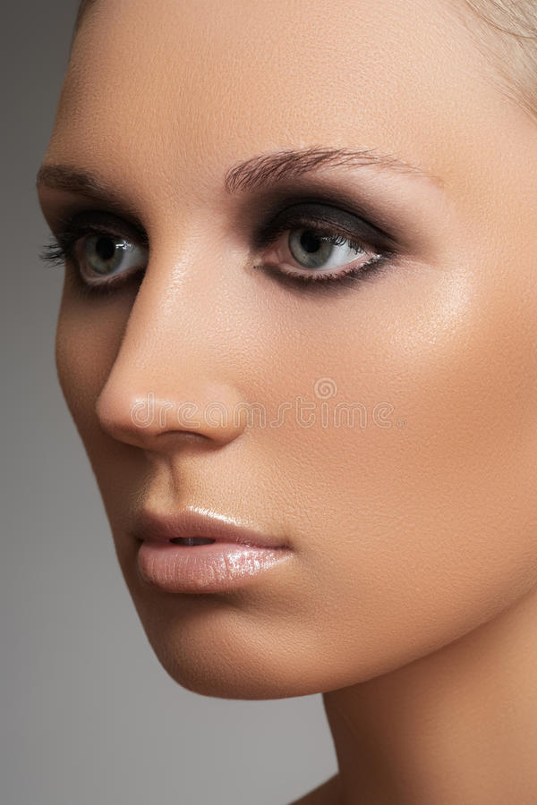 Download Luxury Woman Model With Elegant Fashion Make-up Stock Image - Image: 24355699