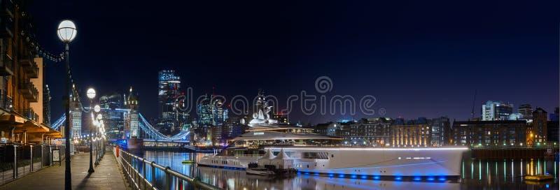 Luxury yacht, Bravo Eugenia 2018-modellen och 109 meter lång är förankrad på Thames nära Tower Bridge arkivfoto