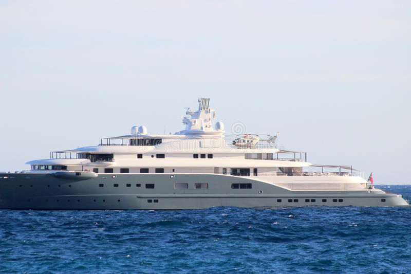 Yacht Con Elicottero Villasimius : Luxury yacht with helicopter on the deck stock photo