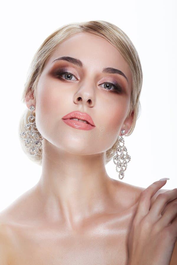 luxus Aristokratische Dame Blonde mit Schmuck - Platin Eardrops lizenzfreie stockfotos