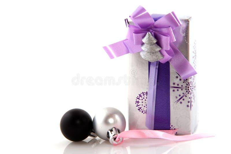 Luxus eingewickeltes silbernes Geschenk lizenzfreie stockfotos