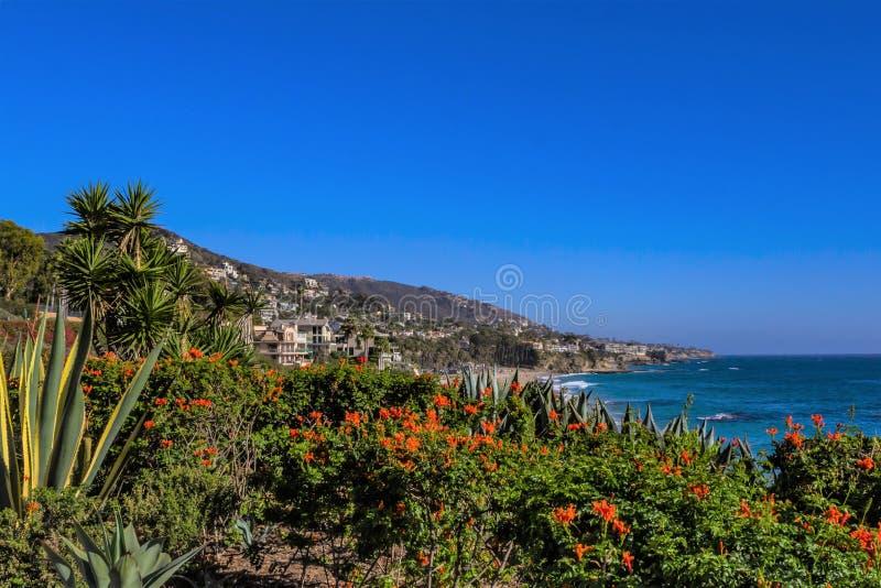 Luxus- Häuser auf Süd-Kalifornien-Küstenlinie stockbilder