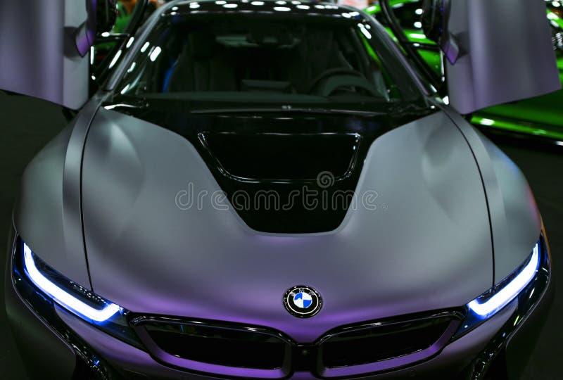 Luxus-hybrides elektrisches Coupé BMWs i8 Hybrider EinsteckSportwagen Konzeptelektro-mobil Dunkle Matt-Farbe Autoäußerdetails stockfotografie
