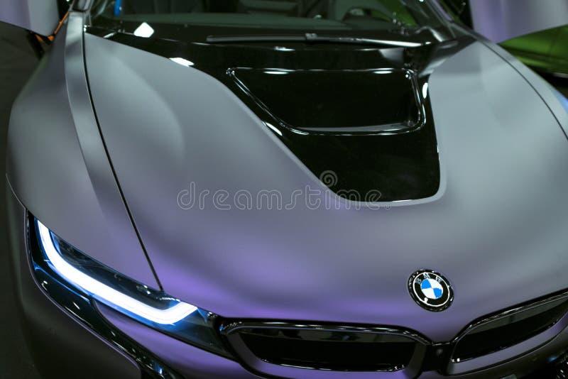 Luxus-hybrides elektrisches Coupé BMWs i8 Hybrider EinsteckSportwagen Konzeptelektro-mobil Dunkle Matt-Farbe Autoäußerdetails lizenzfreies stockbild