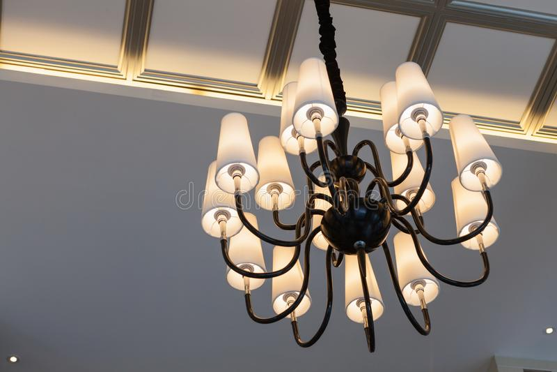 Luxus-Modren-Leuchter-Licht lizenzfreies stockbild