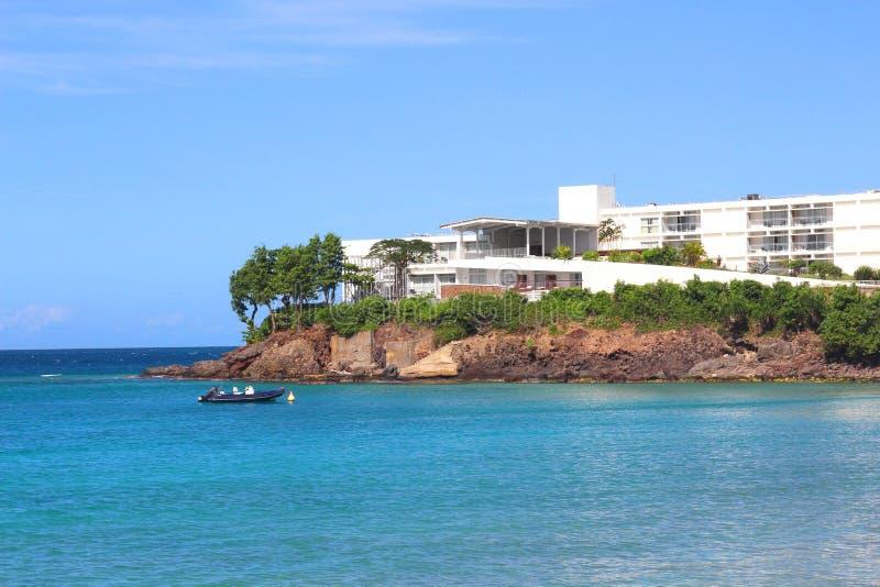 Luxus-Resort auf Küstenlinie von Guadeloupe lizenzfreies stockbild