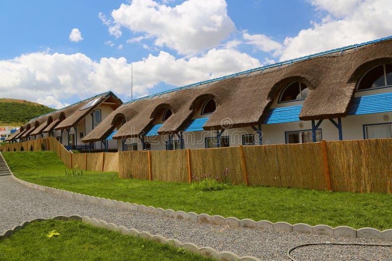 Luxus-Resort mit traditionellen mit Stroh gedeckten Häuschen in Donau-Delta lizenzfreie stockbilder