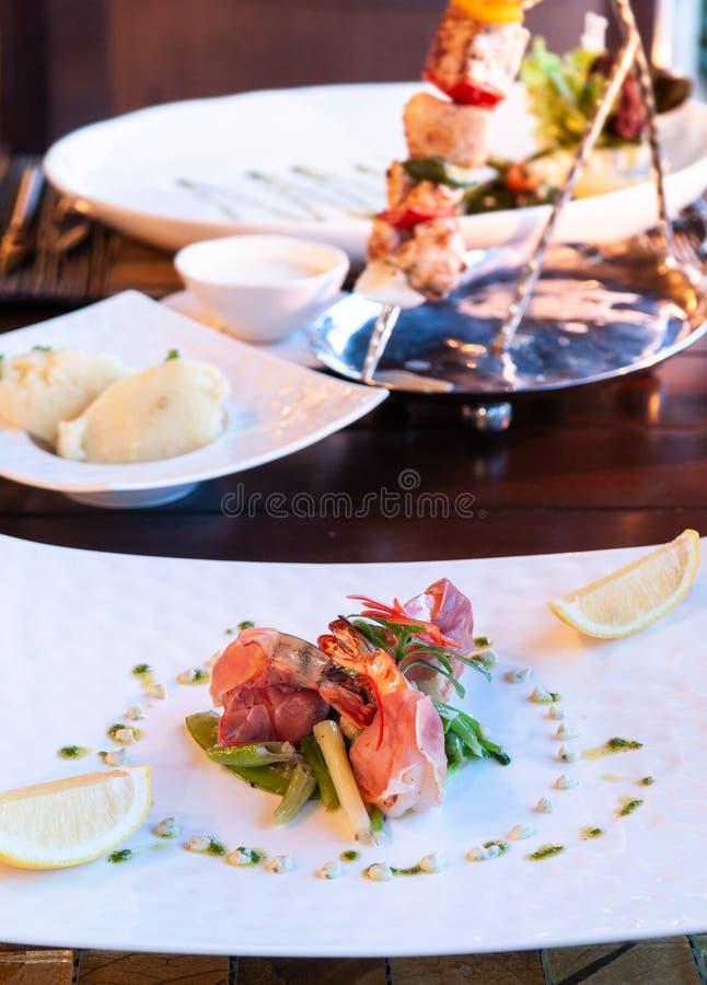 Luxus-Resort-Restaurant-Abendessengedeck mit Grill und lizenzfreies stockbild