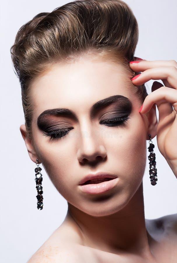 Download Luxus. Schönes Mädchen Mit Ohrringen - Stilvolles Haar Stockfoto - Bild von haar, schön: 26357538