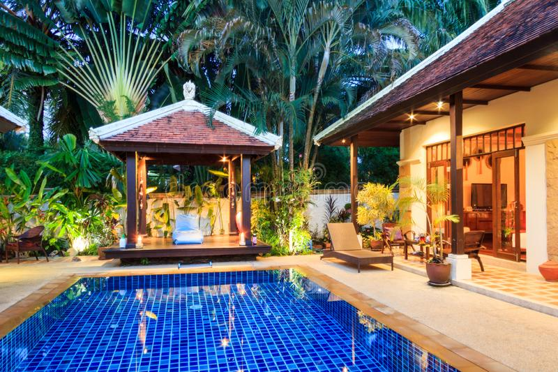 Luxus, tropisches Landhaus, Phuket Thailand in der Dämmerung stockfotografie