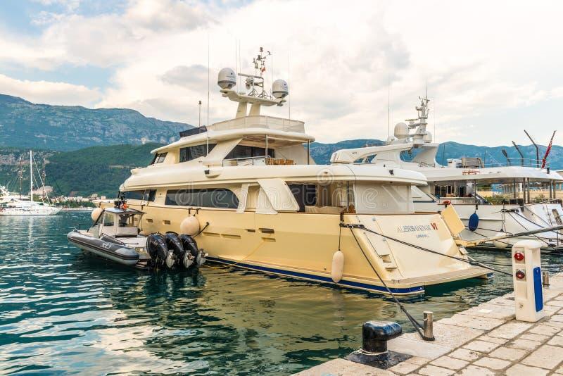 Luxus- Yacht vor der Küste des Mittelmeer-Budva in Montenegro lizenzfreies stockfoto