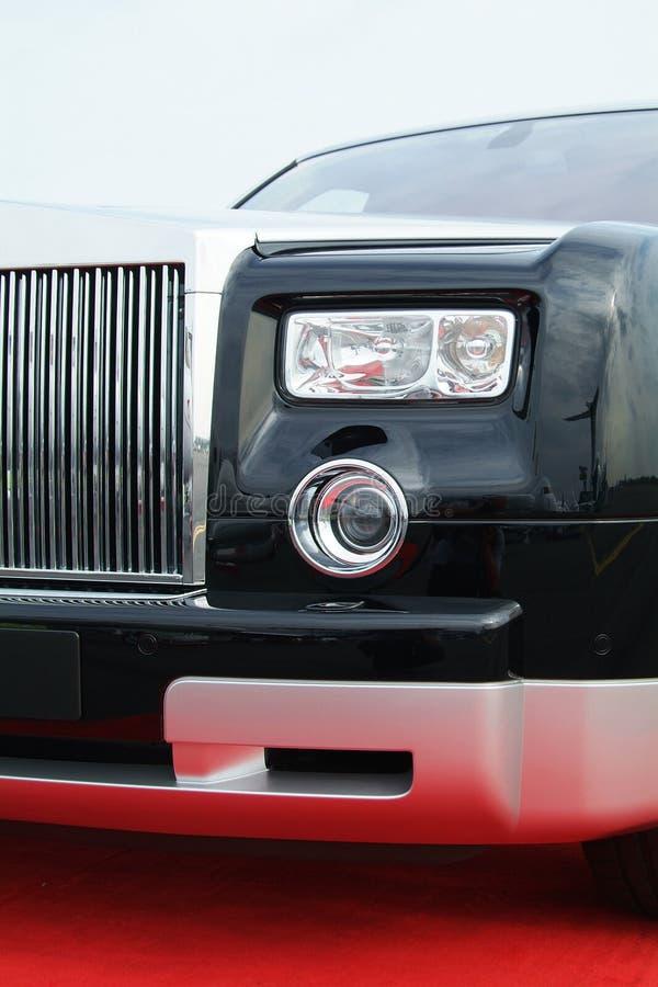 Luxusauto auf einem roten Teppich lizenzfreies stockbild