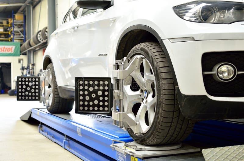 Luxusauto BMW X6 auf Aufzug innerhalb des Autoservices stockbilder