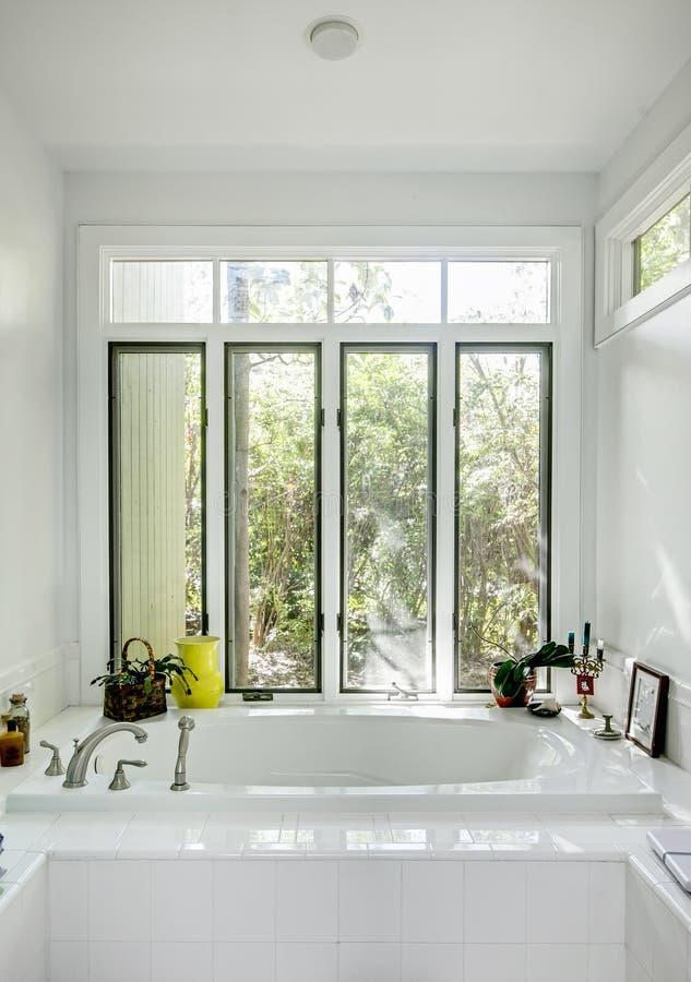 Luxusbadewanne mit Fenstern stockbild