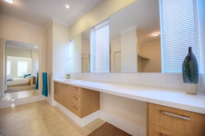 Luxusbadezimmer im modernen Haus stockfoto