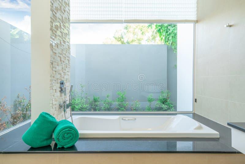 Luxusbadezimmer kennzeichnet Badewannenhaus, Haus, Gebäude, Hotel, Erholungsort lizenzfreies stockbild