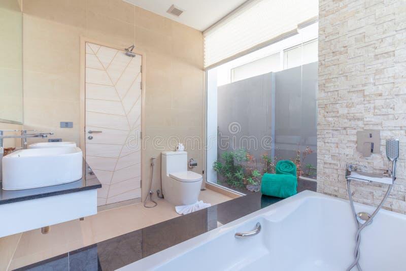 Luxusbadezimmer kennzeichnet Becken, Toilettenschüssel und Badewannenausgangswohnungsbauhotelerholungsort stockfotos