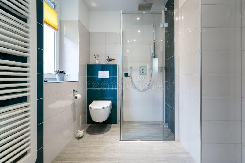 Luxusbadezimmer mit Weg in der Glasdusche - horizontaler Schuss eines Luxusbadezimmers mit großem, die Dusche der Besucher ohne V lizenzfreies stockfoto
