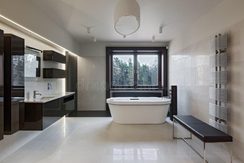 Luxusbadezimmerinnenraum mit Fenster stockfoto