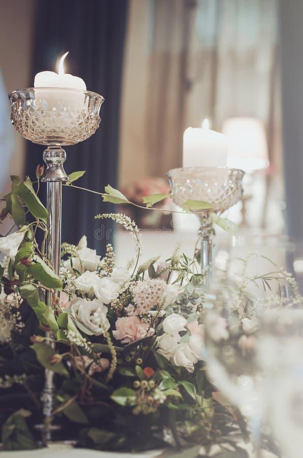 Luxusbankettisch stellte mit reicher Dekoration von Blumensahnerosen, die rosa Gartennelke, der weiße Eustoma ein, der hoch ist,  stockfotografie