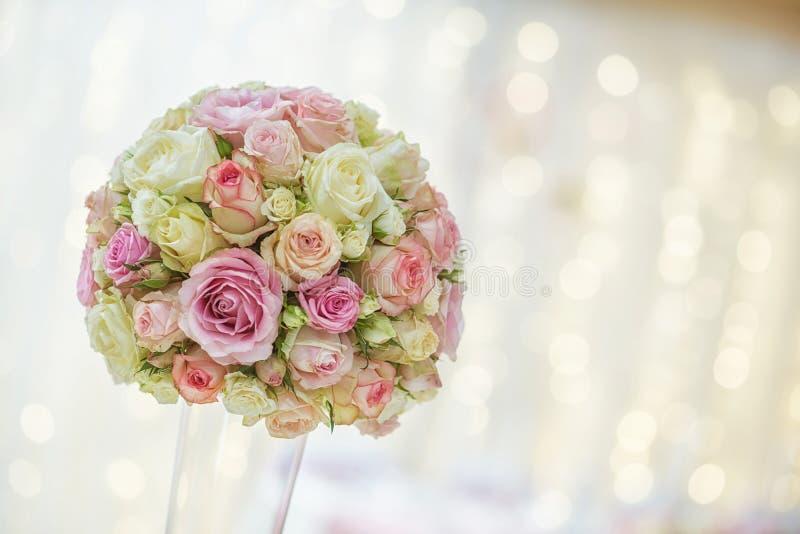 Luxusblumengesteck für Hochzeitsempfang, Rosen blühen Blumenstrauß stockfotografie