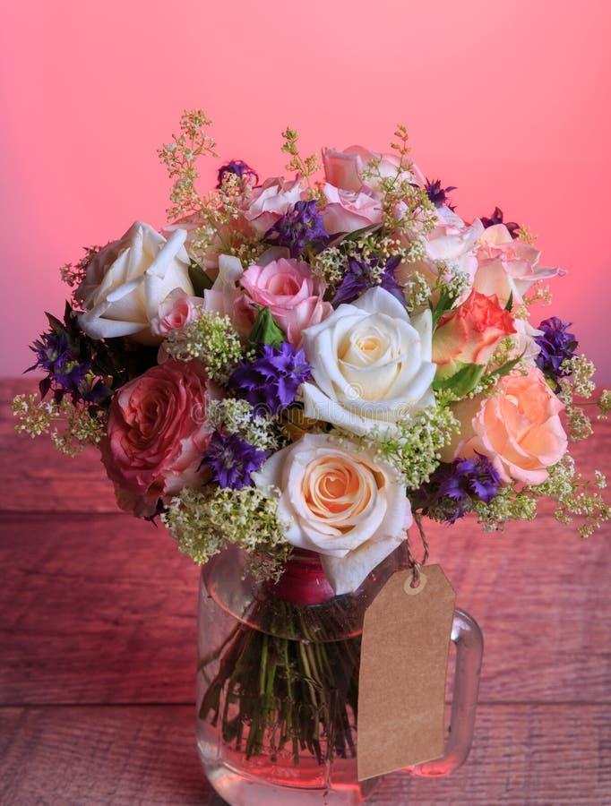 Luxusblumenstrau? gemacht von den Rosen im Blumenladen Valentinsgru?-Blumenstrau? von pastell Rosen lizenzfreies stockbild
