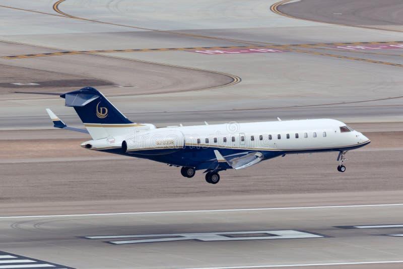 Luxusbombenschützenglobaler Eilgeschäftsjet N702DR, der an internationalem Flughafen Las Vegas McCarran landet lizenzfreie stockbilder