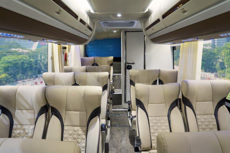 Luxusbusinnenraum mit bequemen Sitzen stockbilder
