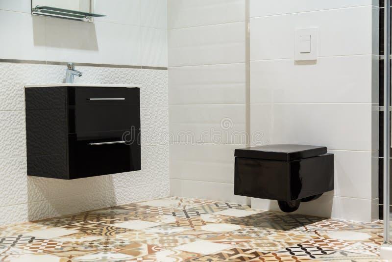 Luxusdesign des Badezimmers mit schwarzer Toilettenschüssel und Waschbecken lizenzfreies stockfoto