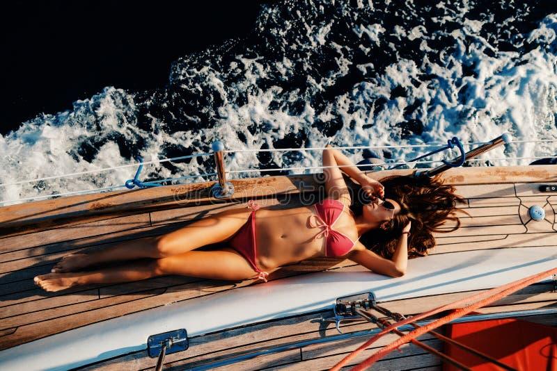 Luxusfrauensegelsport in der Seedraufsicht stockfotos