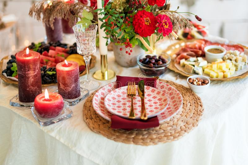 Luxusgedecke für das feine Speisen mit Kerzen und Glaswaren, schöner unscharfer Hintergrund Für Ereignisse Hochzeiten vorbereitun lizenzfreie stockfotos