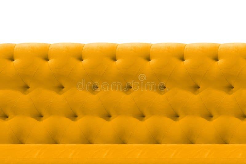 Luxusgelb- oder Goldsofasamtkissennahaufnahme-Musterhintergrund auf Weiß stockfoto