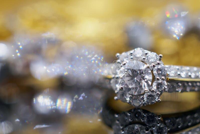 Luxusgoldschmuck-Diamantringe mit Reflexion auf Schwarzem lizenzfreies stockbild